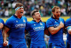10日のテストマッチ、アイルランド戦で国歌斉唱に臨むイタリア代表=ダブリン(ロイター=共同)
