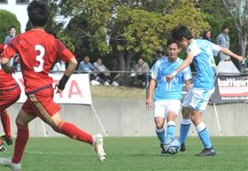 磐田ユースー流通経大柏高 後半13分、先制ゴールを決める磐田ユースの藤原(右)=竜洋スポーツ公園サッカー場