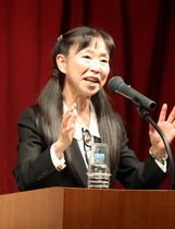 セミナーで講演する内村さん=長崎新聞文化ホール・アストピア