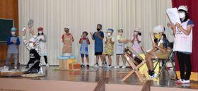 歌と太鼓に合わせて「そば切り踊り」を披露する恒吉小学校の児童=曽於市大隅