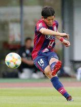 前半13分、ファジアーノ岡山の上田康太が先制ゴールとなるFKを決める=シティライトスタジアム
