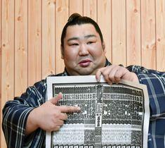 春場所の番付表を手にする徳勝龍=24日午前、大阪府吹田市の木瀬部屋宿舎