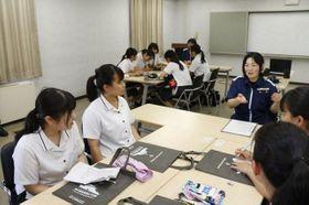水島海上保安部女性職員から話を聞く生徒ら