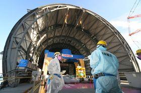 屋根カバーの設置が進む、東京電力福島第1原発3号機の原子炉建屋最上部=13日午後、福島県大熊町