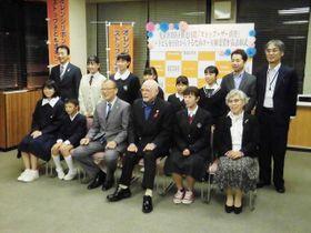「ストップ・ザ・虐待川柳」の表彰式に出席した受賞者ら