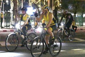サイクリングのイベントで、沿道の市民に手を振る、ワチラロンコン国王(手前)=9日、バンコク(共同)