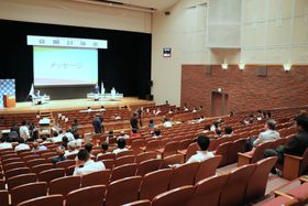 空席が目立った公開討論会=大村市幸町、シーハットおおむら