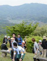 自然散策を楽しむ登山客でにぎわう山頂=片曽根山