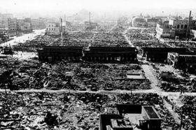 東京大空襲で焼け野原になった浅草。中央を横切る建物は焼け落ちた仲見世(提供写真)=1945年3月