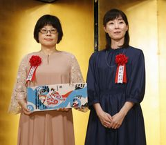 贈呈式を終え、記念写真に納まる芥川賞の今村夏子さん(右)と直木賞の大島真寿美さん=23日午後、東京都内のホテル