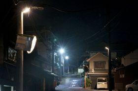 井原市美星町地区で試験点灯されている防犯灯の試作品(左手前と右)。左奧の二つは白色LEDの防犯灯