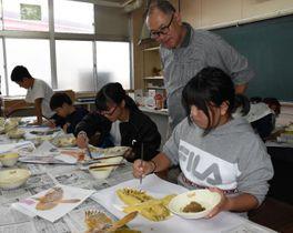椎俊一さん(後方)の指導で、創立10周年に向けた記念作品づくりに取り組む笛水小中学校の児童生徒