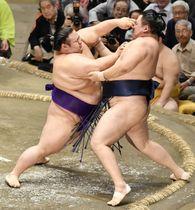 貴景勝(左)が押し出しで玉鷲を破る=両国国技館