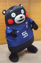 日本サッカー協会から贈呈された日本代表のユニホームを試着した「くまモン」=17日午後、熊本県庁