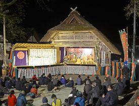 かやぶき屋根の専用舞台で上演された「檜枝岐歌舞伎」=12日夜、福島県檜枝岐村