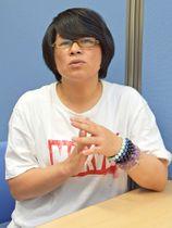 「無罪判決が出たとしても、許すことはできない」と話す小野久美さん=19日午後6時31分、高山市内