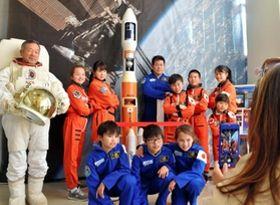 宇宙服やスーツのレプリカに身を包めば、気分は宇宙飛行士=国営明石海峡公園