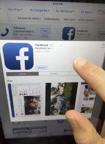 タブレット端末でのフェイスブックの利用画面=2017年6月、米マサチューセッツ州(AP=共同)
