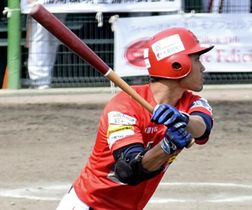 【福島―茨城】3回裏1死満塁、2点適時打を放つ福島の牛丸=牡丹台球場