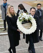 長崎市の爆心地公園で献花するICANのベアトリス・フィン事務局長(左)と国際運営委員を務める川崎哲さん=13日午前