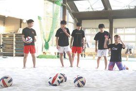 幅口さん(右)の指導を受ける若狭高男子バレーボール部員=小浜市の若狭総合公園で