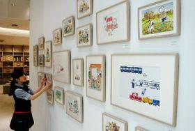 雑貨や衣類の絵柄の元となったイラストが並ぶ原画展=神戸市中央区西町、ファミリア神戸本店