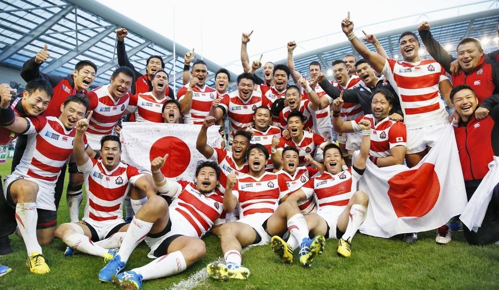 ラグビーW杯の南アフリカ戦で劇的な逆転勝利を収め、試合後記念撮影する日本選手=2015年9月19日、英国南部ブライトン(共同)