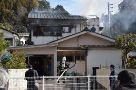 焼け跡から1人の遺体が見つかった延岡市桜ケ丘3丁目の飯干さん方=20日午前10時55分
