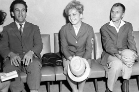 1964年10月2日、来日し記者会見するチェコスロバキアの体操女子チャスラフスカ選手(中央)