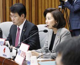 ソウルの国会で文在寅政権を批判する自由韓国党の羅卿ウォン院内代表(右)=15日(聯合=共同)