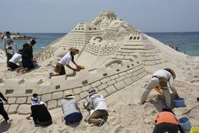 白良浜で開かれた「第50回砂まつり大会」=27日、和歌山県白浜町