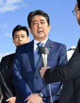 インドへの出発を前に取材に応じる安倍首相=13日午前、羽田空港