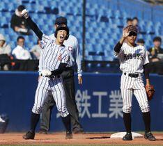 国士舘戦の7回、勝ち越しの2点三塁打を放ち、ガッツポーズの白樺学園・宮浦(左)=神宮