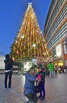 6年ぶりに点灯された福島競馬場のイルミネーション=9日夕、福島市