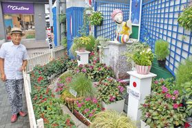 青木代表らがラグビーの装飾を手作りした「まちだの泉」=町田市で
