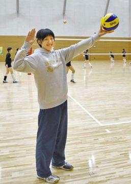 来季から日立リヴァーレでプレーする上坂選手=福井市の県営体育館で