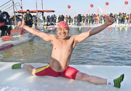 しぶきも凍る極寒水泳大会 ハルビンの寒中水泳