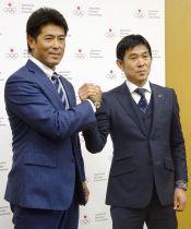 JOCの指導者研修会に出席し、ポーズをとる野球日本代表の稲葉監督(左)とサッカー男子代表の森保監督=15日、東京都内