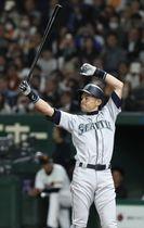 巨人戦で打席に立つマリナーズのイチロー外野手=東京ドーム
