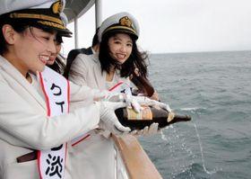 お神酒を海にささげる「クイーン淡路」=鳴門海峡付近