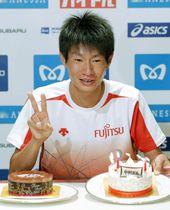 マラソンの東京五輪出場権獲得から一夜明け、27歳の誕生日を祝うケーキに笑顔を見せる中村匠吾=16日、東京都内