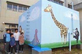受水槽に描かれた絵を一緒に眺める長谷川さん(右から2人目)と児童=磐田市立竜洋西小