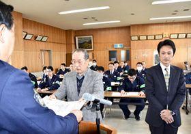 署長感謝状を受ける(右から)松沢さん、佃さん