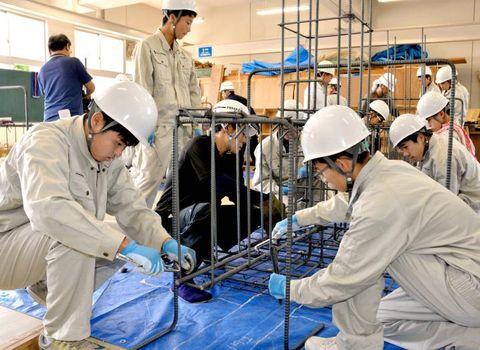 鉄筋の結束作業に取り組む東予高生