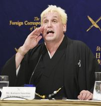 日本外国特派員協会で記者会見する桂三輝さん=22日午後、東京・丸の内