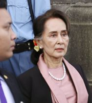 ロヒンギャ問題の初日の審理を終え、国際司法裁判所を後にするミャンマーのアウン・サン・スー・チー国家顧問兼外相=10日、オランダ・ハーグ(共同)