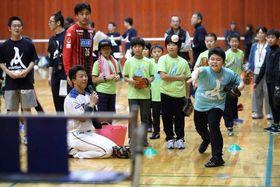 日本ハムの鶴岡選手(手前左)らと「ストラックアウト」で楽しむ被災した厚真町の小学生
