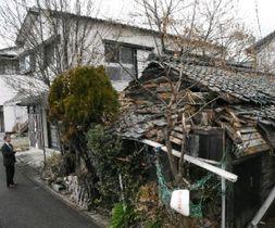 特命取材班が訪れた大牟田市中心部にある廃屋。伸び放題の草木に囲まれ、今にも崩れ落ちそうだった