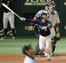 2回全パ2死一塁、森が右越えに先制2ランを放つ。捕手会沢=東京ドーム