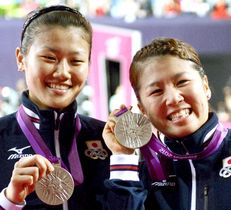 2012年8月、ロンドン五輪バドミントン女子ダブルスで銀メダルを獲得した藤井(右)、垣岩組=ウェンブリー・アリーナ(共同)